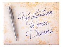 Vieux fond grunge de papier - prêtez l'attention à vos rêves images stock