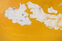 Vieux fond jaune criqué de mur Photos libres de droits