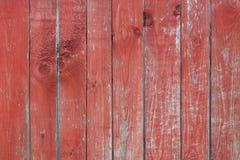 Vieux fond rayé en bois avec les lignes verticales et noeuds avec la vieille peinture rouge photos libres de droits