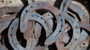 Vieux fond rouillé de fers à cheval. Photographie stock