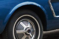 Vieux Ford Mustang montré sur un rétro défilé de voiture Images stock