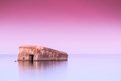 Vieux fort concret submergé au coucher du soleil Images libres de droits