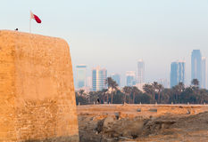 Vieux fort du Bahrain chez Seef dans la fin de l'après-midi Image libre de droits
