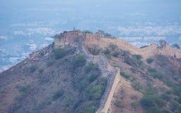Vieux fort ruiné sur la montagne avec le brouillard Image stock
