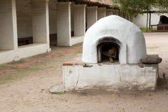 Vieux four de pain dans le jardin de la mission photographie stock libre de droits
