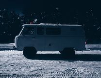 Vieux fourgon de voiture de cru sur la neige photos libres de droits