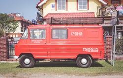 Vieux fourgon rouge garé Photo libre de droits
