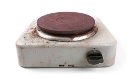 Vieux fourneau électrique sale sur le blanc Images stock