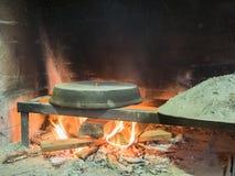 Vieux fourneau en pierre traditionnel de four de pain avec le feu en bois brûlant Images libres de droits