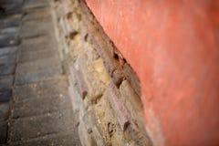 Vieux foyer de mur de briques et plan rapproché trouble Photo libre de droits