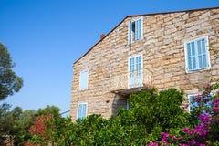 Vieux fragment vivant en pierre de façade de maison, Figari Images stock