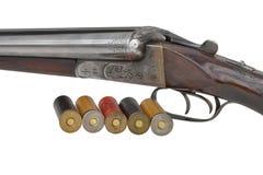 Vieux fusil de chasse de deux déclencheurs d'isolement avec des cartouches Photographie stock