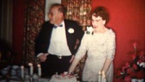 1958 - Vieux gâteau d'anniversaire de mariage de couples banque de vidéos