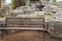 Vieux gabarits en bois en parc sur le fond d'une cascade artificielle photo libre de droits