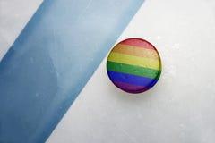 Vieux galet d'hockey avec le drapeau gai d'arc-en-ciel Image libre de droits