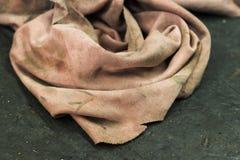 Vieux gant de toilette pâle rose dans l'atelier de réparations Photo stock