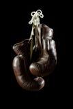 Vieux gants de boxe, accrochant, sur le fond noir images stock