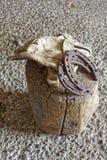 Vieux gants de travail et chaussures en cuir de cheval Image stock