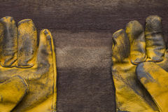 Vieux gants en cuir modifiés de travail image libre de droits