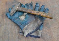 Vieux gants et marteau images stock