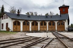 Vieux garage ou station service locomotif photos stock