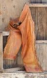 Vieux gars de cuir sur les étagères en bois. photos libres de droits
