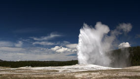 Vieux geyser fidèle. Stationnement national de Yellowstone Images stock