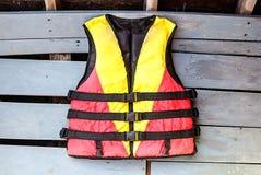 Vieux gilets de sauvetage sur le bateau en bois de plancher Photographie stock libre de droits