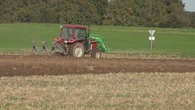 Vieux gisement de chaume d'agriculture de charrue de tracteur de ferme dans la saison d'automne 4K banque de vidéos