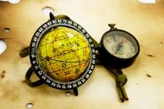 Vieux globe et compas Photos stock
