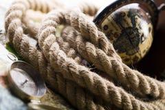 Vieux globe et corde images stock