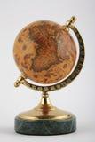 Vieux globe sur la base de marbre Images libres de droits