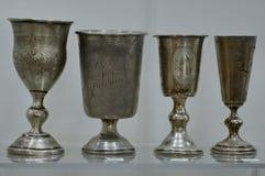 Vieux gobelets argentés d'un château au Belarus photographie stock