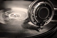 Vieux Grammophone jouant, se ferment vers le haut du macro tir Images stock