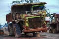 Vieux grand camion de dumper jaune Photographie stock libre de droits