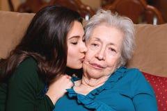 Vieux grand-mère aîné et petite-fille de l'adolescence Photographie stock libre de droits