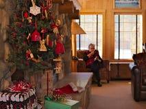 Vieux grand-mère la dame supérieure apprécie le téléphone portable, smartphone au temps de Noël photographie stock libre de droits