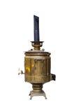 Vieux grand samovar de cuivre métallique avec un tuyau sur un blanc d'isolement Image stock