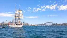 Vieux grands blancs embarquent des voiles dans le port de Sydney image libre de droits