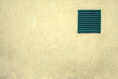 Vieux gril de ventilation avec des barres sur un bâtiment sale Image libre de droits