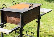 Vieux gril rouillé dehors photographie stock libre de droits