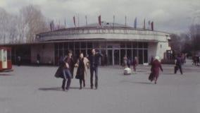 Vieux groupe de film couleurs de vintage d'amis joyeux courant et riant dans la ville clips vidéos