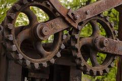 Vieux groupe de moteur de mécanisme de grande vitesse de plan rapproché rouillé de rue de fond d'axes de scierie en métal grunge  photographie stock