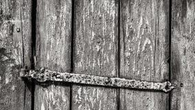 Vieux guichet rustique dans le détail noir et blanc Texture en bois rayée photo stock