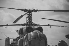 Vieux hélicoptère et ciel grunges texturisés avec des nuages sur le fond Vieil hélicoptère non capable voler, supports dans le mu Photo stock