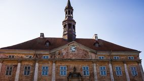 Vieux hôtel de ville dans la ville de Narva, Estonie, septembre 2017 photo stock