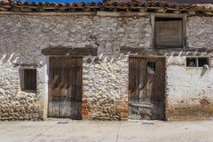 Vieux hangar dans le village espagnol Photos stock