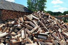Vieux hangar de bois de chauffage et beaucoup de rondins coupés Images libres de droits