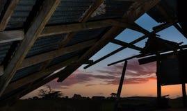 Vieux hangar de coucher du soleil Photos stock