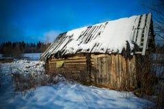 Vieux hangar de rondin en hiver images stock